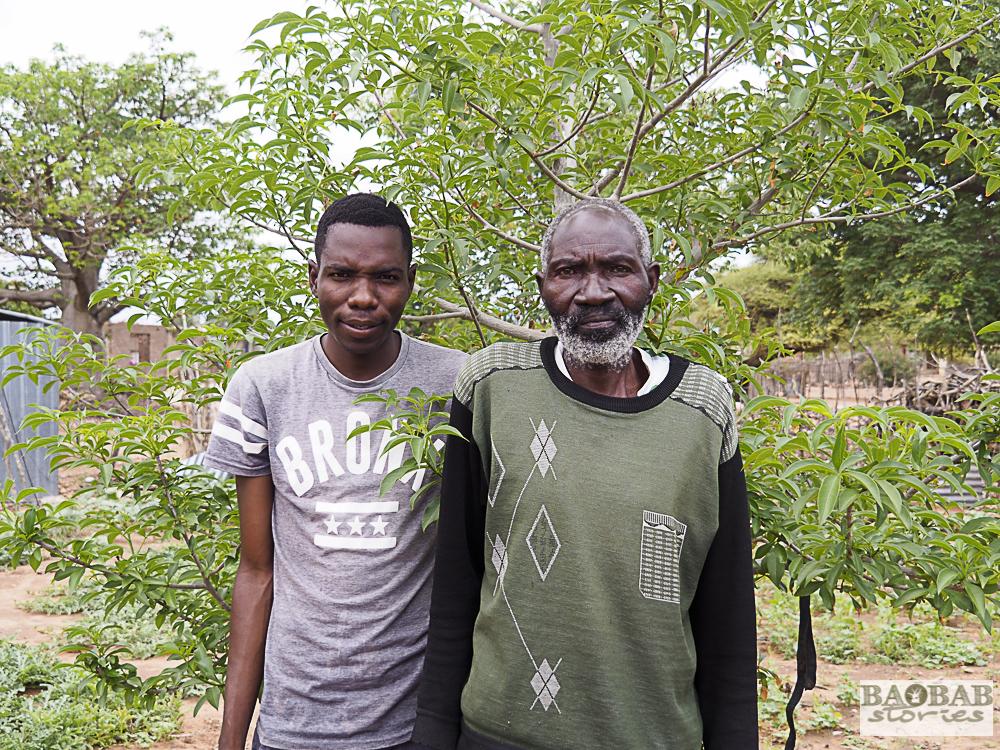 Aaron Nemutshenzheni mit seinem Enkel vor seinem Baobab