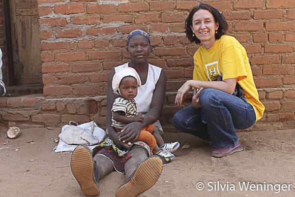 Slivia Weninger (re) mit Baobab Fruchtsammlerin