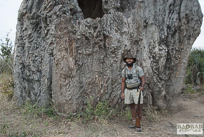 Haritha Pilapitiya vor Baobab, Trails Guide, Makuleke, Südafrika