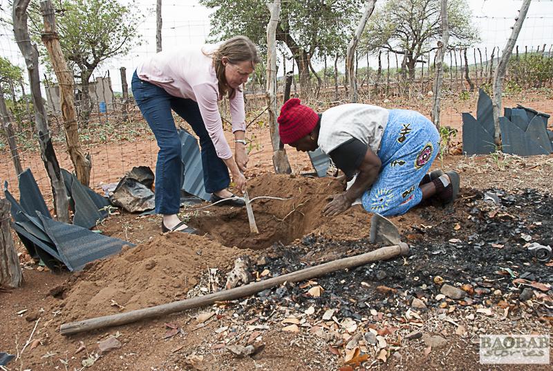 Dr. Sarah Venter und Martha Kwerana pflanzen einen Baobab, Zwigodini, Südafrika