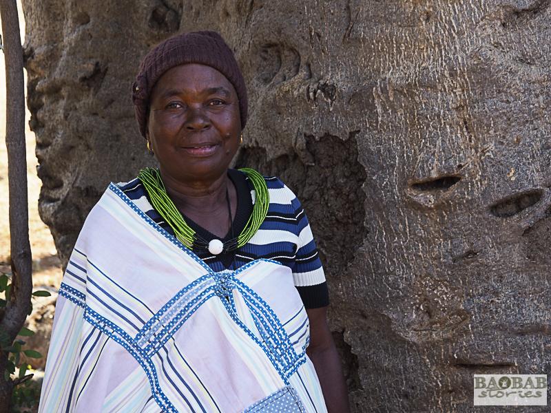 Martha Kwerana neben einem alten Baobab