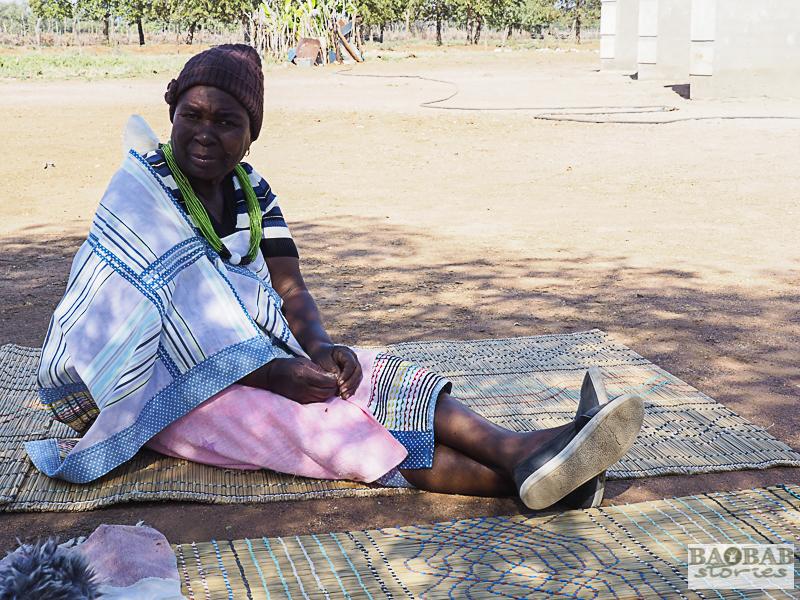 Martha Kwerana im Schatten vor ihrem Haus