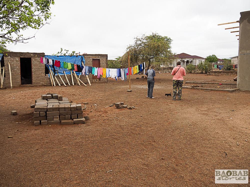 Hof um das Haus von Baobab Hüterin Evelina Tshitetelina Tshitete, Limpopo, Südafrika, Heike Pander