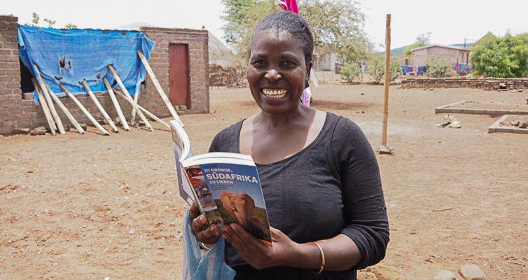 """Evelina Tshitete mit meinem Buch """"111 Gründe, Südafrika zulieben"""" in dem ein Kapitel über sie und den kleinen Baobab ist, Heike Pander"""