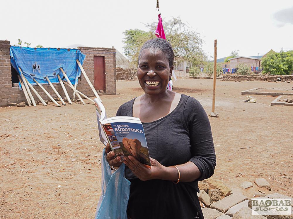 """Baobab Hüterin Evelina Tshitete mit meinem Buch """"111 Gründe, Südafrika zulieben"""" in dem ein Kapitel über sie und den kleinen Baobab ist, Heike Pander"""